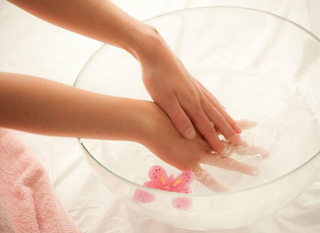 Relaksuje cię masaż dłoni czy stóp, który wykonuje kosmetyczka? Zafunduj je sobie w domu /© Panthermedia
