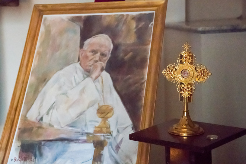 Relikwiarz, w który przechowywana była skradziona relikwia krwi św. Jana Pawła II /Wojciech Strozyk/ /Reporter