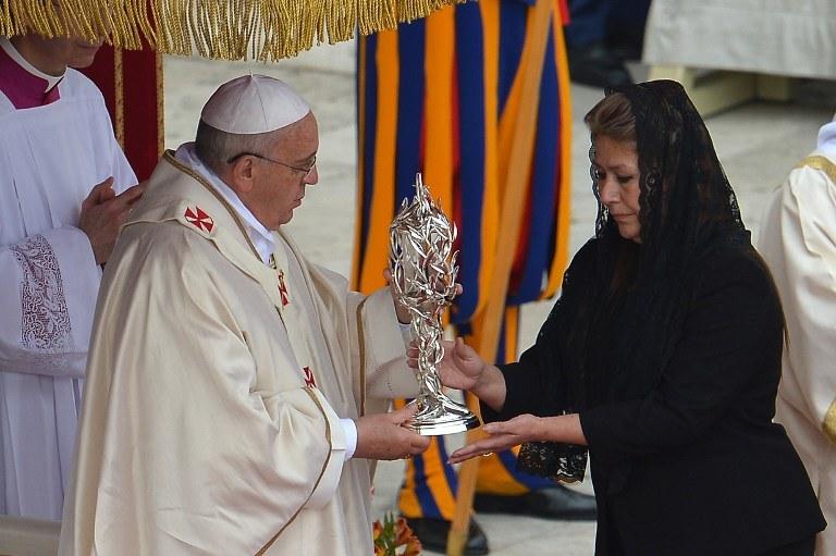Relikwię do ołtarza przyniosła Kostarykanka uzdrowiona przez Jana Pawła II /AFP