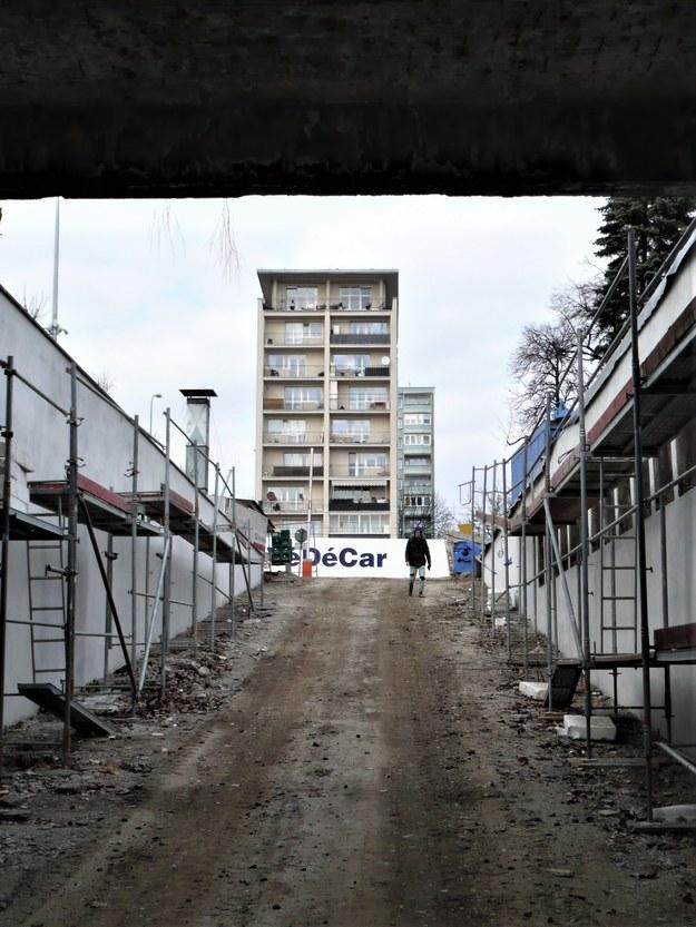 """Remont """"Hall of Fame"""" w zjeździe do NCK (w oddali wieżowiec """"Helikopter"""") /Bogdan Zalewski /RMF24"""