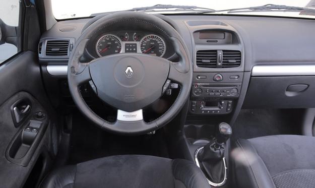 RENAULT CLIO SPORT II FL Po liftingu tablica przyrządów została całkowicie zmieniona. W wyposażeniu pojawiła się klimatyzacja automatyczna, ale sportowych akcentów jest tu jeszcze mniej… /Motor