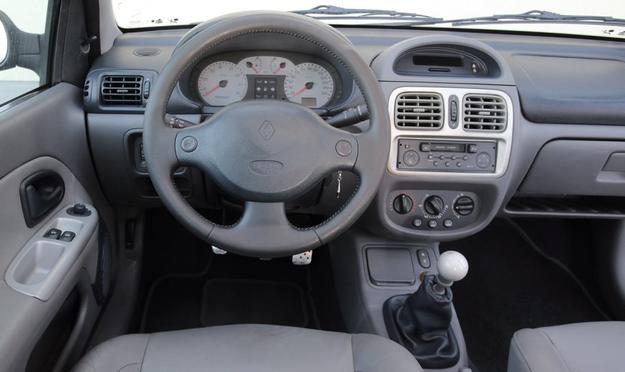 RENAULT CLIO SPORT II Zadziwiająco mało zmian w stosunku do standardowego Clio. Zabrakło choćby bardziej sportowej kierownicy. Skórzane obicie szybko się wyciera, zwłaszcza pod kciukami. /Motor