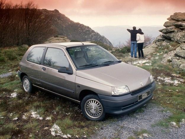 """Renault Clio widziane od przodu nie wyróżnia się specjalnie spośród konkurencji, gdzie wszystkie samochody mają spiczaste """"pyszczki"""". I niskie optyczne elementy oświetleniowe. /Motor"""