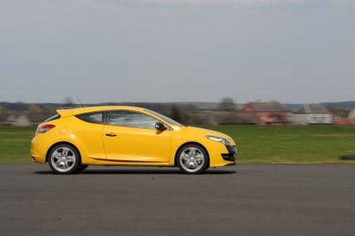 Renault Megane RS ma aluminiowe zawieszenie przednie, dwulitrowy, turbodoładowany silnik o mocy 250 KM i momencie 340 Nm. W Polskich ogłoszeniach nie znaleźliśmy ani jednego egzemplarza. W Niemczech ceny od 60 tys. zł. Limitowana wersja Trophy jest jeszcze mocniejsza – ma 265 KM i 360 Nm. /Motor