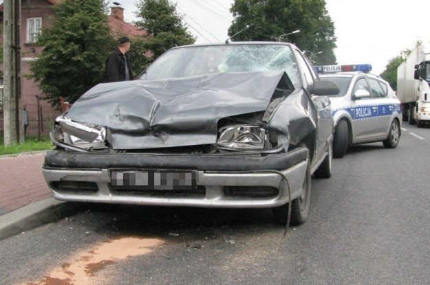 Renault najpierw uderzyło w motocyklistę, a później w chryslera /Policja