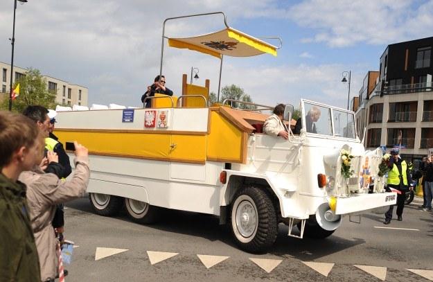 Replika papamobile na ulicach Warszawy /PAP