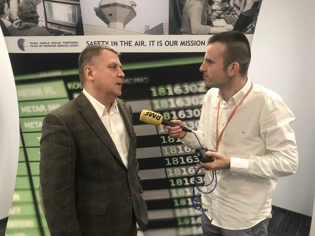 Reporter RMF FM Michał Dobrołowicz rozmawia z Tomaszem Wojciechowskim, kontrolerem ruchu lotniczego Polskiej Agencji Żeglugi Powietrznej /Fot. Michał Dobrołowicz /RMF FM