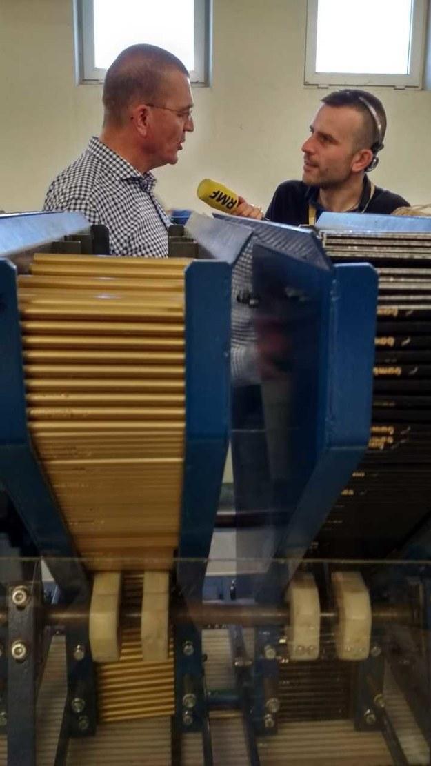 Reporter RMF FM Michał Dobrołowicz z Wojciechem Pstrokońskim w czasie zwiedzania najstarszej fabryki ołówków w Polsce /Michał Dobrołowicz /RMF FM