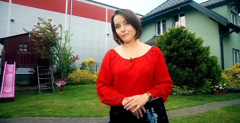 """Reporterka """"Państwa w Państwie"""", a w tle hala tuż obok domu /Polsat"""