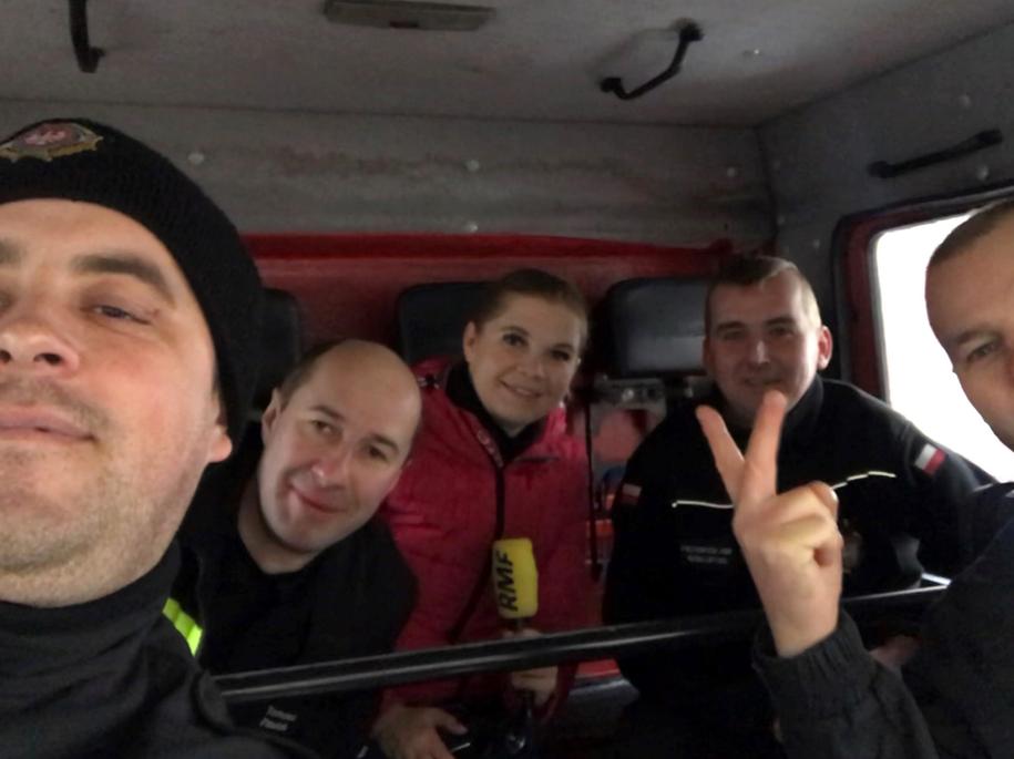 Reporterka RMF FM Aneta Łuczkowska ze strażakami ochotnikami z Recza. /Aneta Łuczkowska /RMF FM