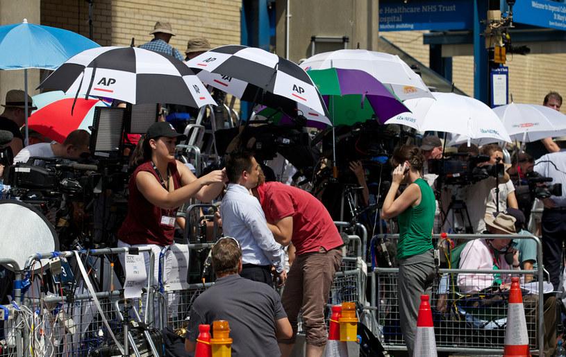 Reporterzy przed szpitalem, w którym urodziła księżna Kate /AFP