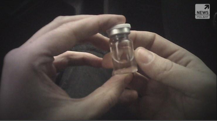 """Reporterzy """"Raportu"""" dotarli do mężczyzny, który twierdzi, że sprzedaje szczepionki przeciw koronawirusowi /Polsat News"""