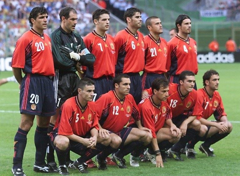 Reprezentacja Hiszpanii na mundial w 1998 r. Stoją od lewej: Miguel Angel Nadal, Andoni Zubizarreta, Fernando Morientes, Fernando Hierro, Luis Enrique, Rafael Alkorta; poniżej od lewej: Carlos Aguilera, Sergi, Alfonso, Guillermo Amor, Etxeberria. /AFP