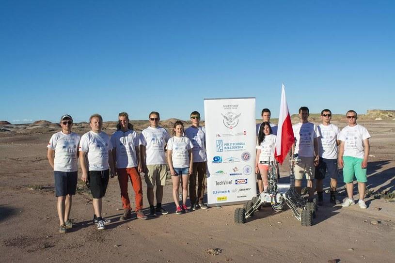 Reprezentacja Legendary Rover Team wraz z nagrodzonym łazikiem /materiały prasowe