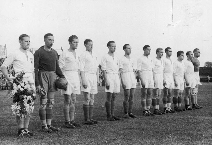 Reprezentacja Polski przed meczem z Węgrami 27 sierpnia 1939 roku: Władysław Szczepaniak (1. z lewej), Adolf Krzyk (2. z lewej), Edmund Giemsa (3. z prawej), Wilhelm Góra (3. z lewej), Edward Jabłoński, Ewald Dytko, Henryk Jaźnicki, Leonard Piątek (6. z lewej), Ewald Cebula, Ernest Wilimowski (4. z lewej), Paweł Cyganek.