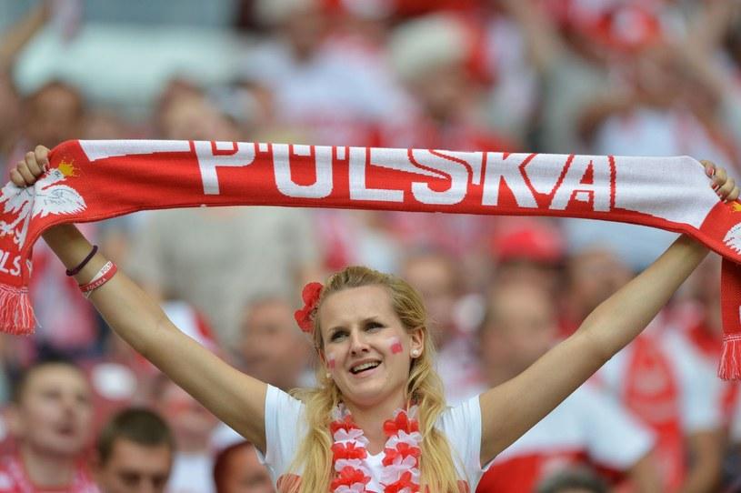 Reprezentacji Polski nie brakuje wiernych i uroczych fanek. To obrazek z meczu Polska - Rosja na Euro 2012. /AFP