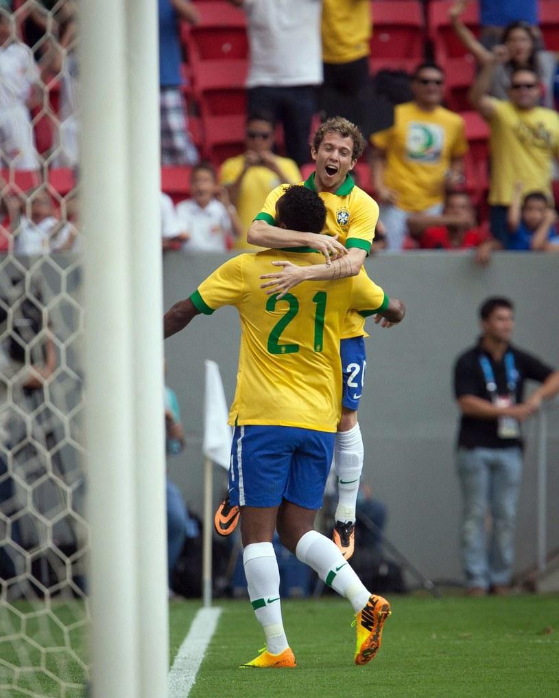 Reprezentanci Brazylii - Jo (nr 21) i Bernard /PAP/EPA