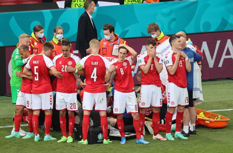 Reprezentanci Danii ustawili się wokół reanimowanego Eriksena, by zasłonić go przed wzrokiem kamer. Martin Braithwaite widoczny jest jako drugi z lewej, z numerem 9 na spodenkach. /Friedemann Vogel /PAP/EPA