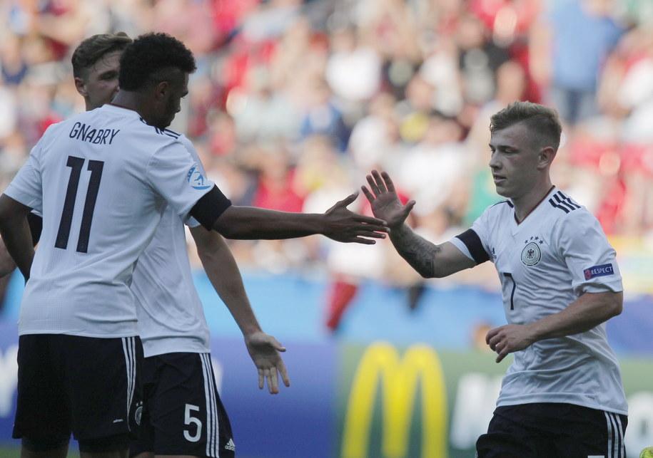 Reprezentant Niemiec Max Meyer przyjmuje gratulacje od kolegów po strzeleniu bramki podczas meczu z Czechami w grupie C piłkarskich mistrzostw Europy U21 w Tychach /Andrzej Grygiel /PAP