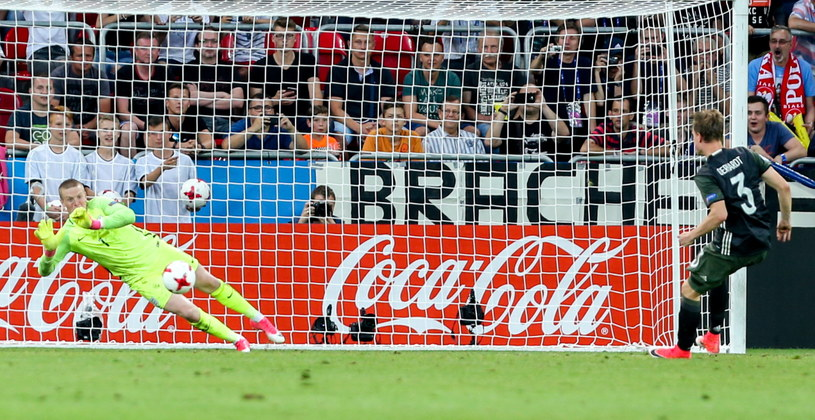 Reprezentant Niemiec Yannick Gehard (P) i bramkarz reprezentacji Anglii Jordan Pickford podczas serii rzutów karnych w trakcie półfinałowego meczu piłkarskich mistrzostw Europy U21 w Tychach /Andrzej Grygiel /PAP
