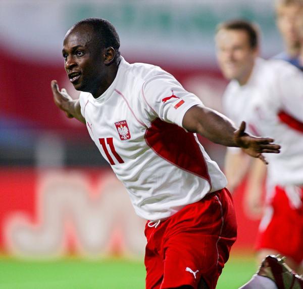 Reprezentant Polski - Emmanuel Olisadebe cieszy się z gola w meczu z USA na mundialu w 2002 roku /AFP