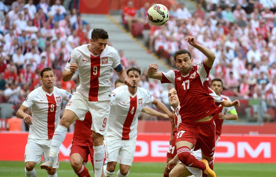 Reprezentant Polski Robert Lewandowski (L) walczy o piłkę z Mate Vatsadze (P) z Gruzji podczas meczu eliminacji piłkarskich mistrzostw Europy 2016 /Bartłomiej Zborowski /PAP