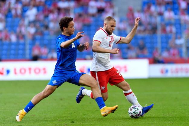 Reprezentant Polski Tymoteusz Puchacz i Mikael Anderson z Islandii podczas piłkarskiego meczu towarzyskiego /Jakub Kaczmarzyk /PAP