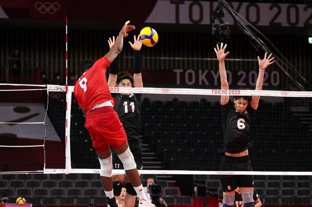 Reprezentant Polski Wilfredo Leon oraz Yuji Nishida Akihiro Yamauchi z Japonii podczas meczu Japonia - Polska / Leszek Szymański    /PAP
