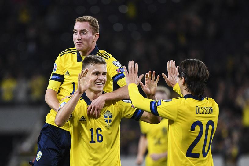 Reprezentant Szwecji Mattias Svanberg celebruje bramkę z kolegami z drużyny: Dejanem Kulusevskim (z lewej) i Kristofferem Olssonem (z prawej) /JONATHAN NACKSTRAND /AFP