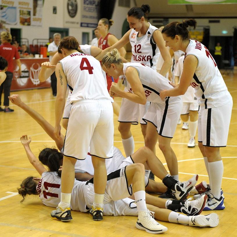 Reprezentantki Polski cieszą się po wygranym meczu z Serbią w kwalifikacjach do Mistrzostw Europy w koszykówce Kobiet 2013 w Krośnie /Darek Delmanowicz /PAP