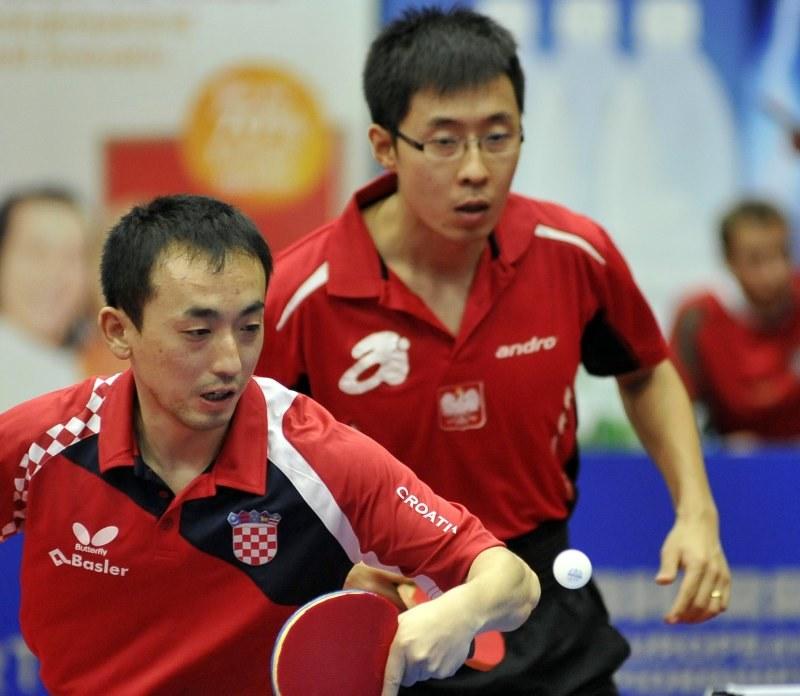 Reprezentujący Polskę Wang Zeng Yi (z prawej) /AFP