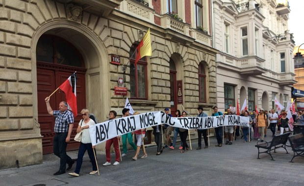 """""""Requiem dla sądów"""". W Łodzi maszerowali przeciwnicy reform sądownictwa"""