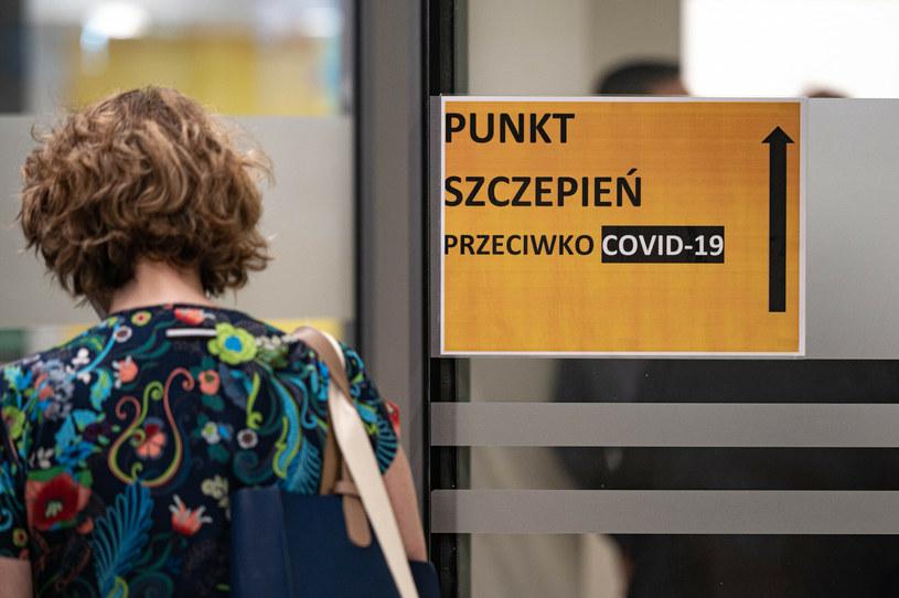 Resort zdrowia na razie nie rozważa szczepień trzecią dawką /Piotr Hukalo/East News /East News