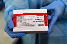 Resort zdrowia rekomenduje szczepienie sześciu osób z jednej ampułki