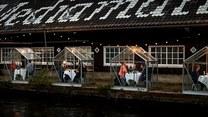 """Restauracja serwuje jedzenie gościom siedzącym w """"szklarniach"""". Pomysłowe?"""