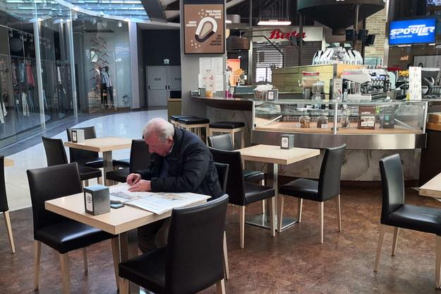 Restauracje i kawiarnie opustoszały z powodu koronawirusa /NICOLA FOSSELLA /PAP/EPA