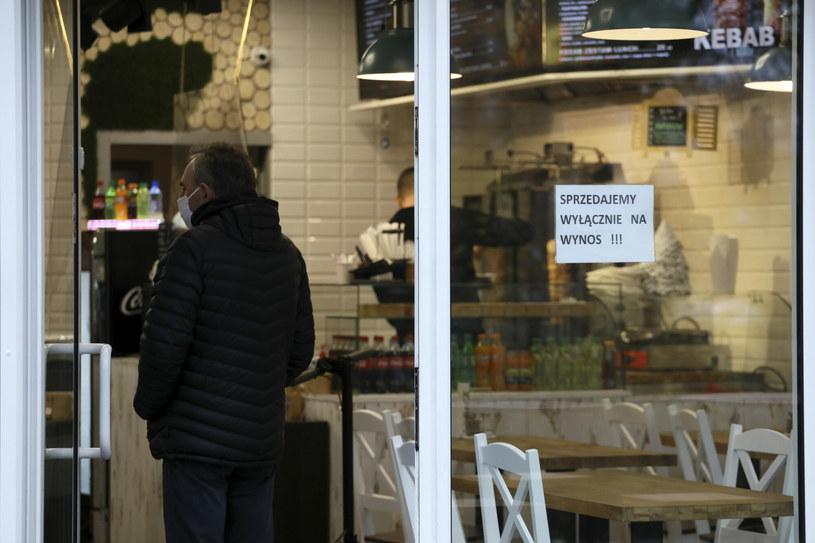 Restauracje wciąż mogą działać jedynie na wynos; niektóre otwierają się mimo obostrzeń, inne zamknęły działalność /Jakub Kaminski/East News /East News