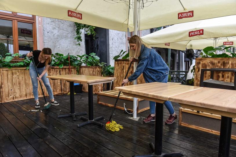Restauratorzy na lubelskim Starym Mieście przygotowują ogródki do otwarcia /PAP/Wojtek Jargiło /PAP