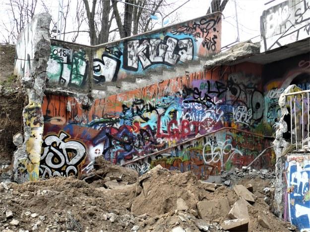 Resztki graffiti w zjeździe do Nowohuckiego Centrum Kultury /Bogdan Zalewski /RMF24