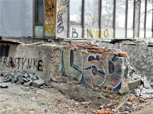 Resztki graffiti za zjazdem do NCK /Bogdan Zalewski /RMF24