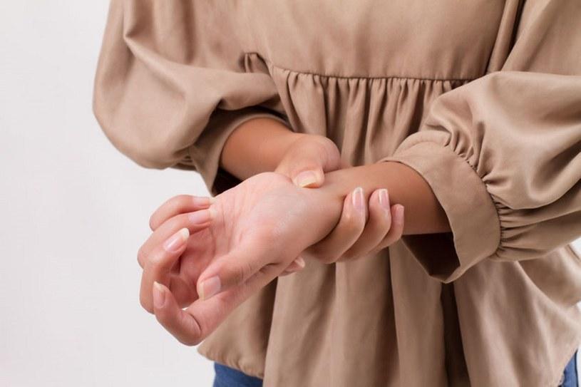 Reumatoidalne zapalenie stawów objawia się na wiele sposobów /123RF/PICSEL