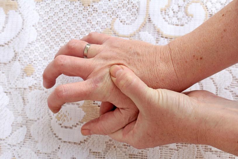 Reumatyzm dłoni można załagodzić regularnymi ćwiczeniami /123RF/PICSEL