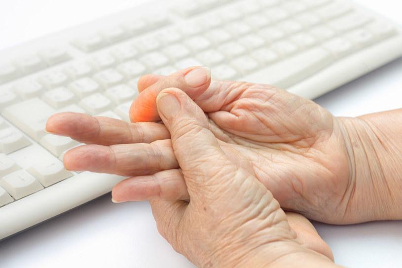 Reumatyzm objawiać się może mrowieniem i drętwieniem kończyn /123RF/PICSEL