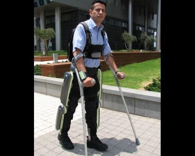 ReWalk - egzoszkielet pozwalający sparaliżowanym niemal normalnie chodzić. Argo Medical Technologies /kopalniawiedzy.pl