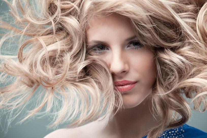 Rewelacyjne fryzury na imprezę /123RF/PICSEL