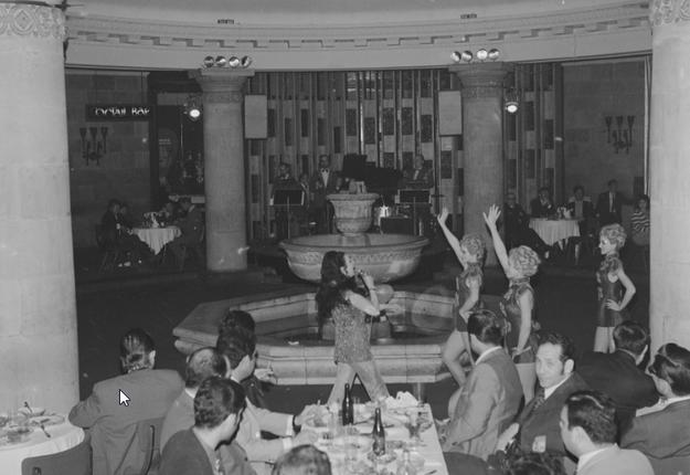 """Rewia w restauracji """"Kongresowa"""" w Pałacu Kultury i Nauki w Warszawie /Z archiwum Narodowego Archiwum Cyfrowego"""
