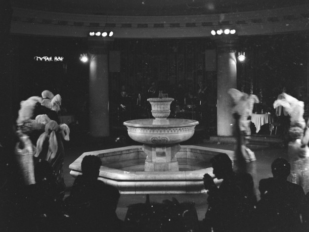 """Rewia w restauracji """"Kongresowa"""" w Pałacu Kultury i Nauki w Warszawie. Artystki rewiowe tańczą wokół fontanny /Z archiwum Narodowego Archiwum Cyfrowego"""