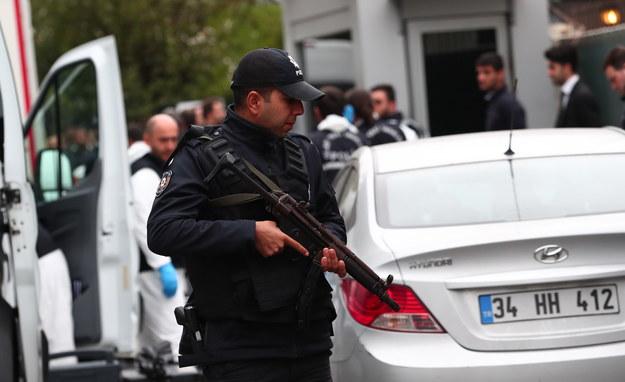 Rewizje prowadzi kilkunastu policjantów /ERDEM SAHIN /PAP/EPA