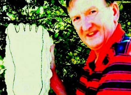 Rex Gilroy z gipsowym odlewem odcisku stopy yowie /MWMedia