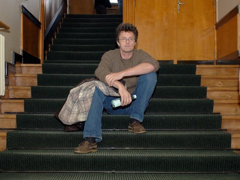 Reżyser Paweł Pawlikowski na słynnych schodach z łódzkiej Filmówki /ANDRZEJ ZBRANIECKI /East News